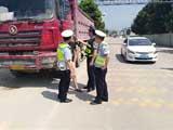 交警:货车专项整治在行动