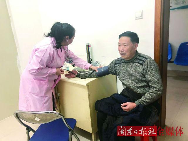 在蕉南社区卫生服务中心,公卫人员正在为老人测量血压1