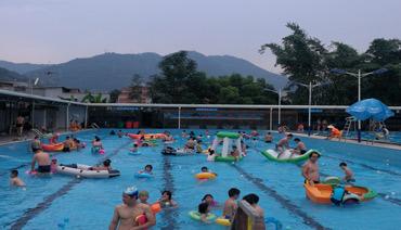 炎炎夏日 游泳馆成市民纳凉避暑好去处