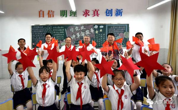 """暖心~学校里来了""""大朋友""""!这个""""六一"""",书记给孩子们送礼物啦 !"""