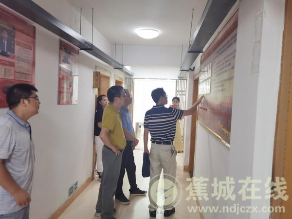 宁蕉城区组织部部长刘冬康到区老年大学指导工作